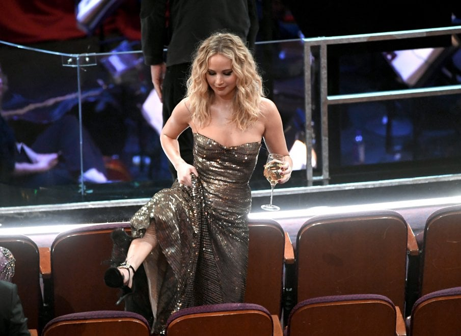 Oscar 2018, Jennifer Lawrence ancora 'bad girl': scavalca i sedili con il bicchiere in mano