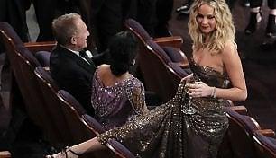 Jennifer Lawrence ancora 'bad girl': bicchiere in mano, scavalca le poltrone