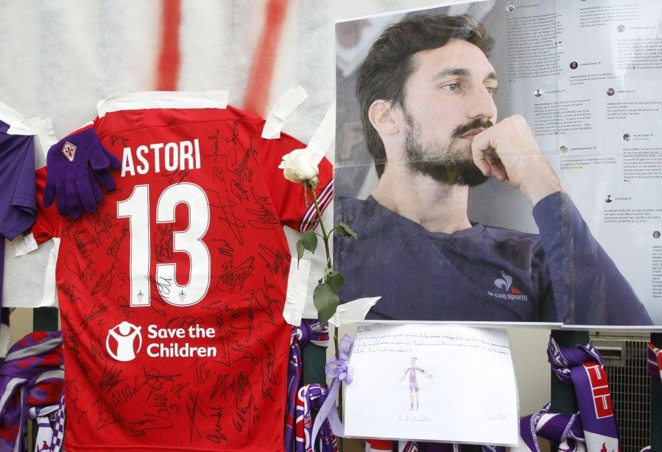 Morte Astori, l'omaggio dei compagni di squadra davanti allo stadio Franchi
