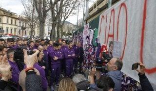 Astori è tornato a Firenze, a Coverciano migliaia in fila per la camera ardente