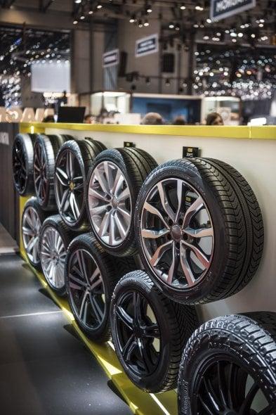 Pirelli fa le scarpe alle supercar del salone di Ginevra