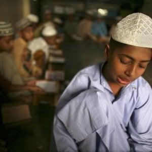"Rogo di telefoni cellulari in Bangladesh: ""Distraggono gli studenti"""