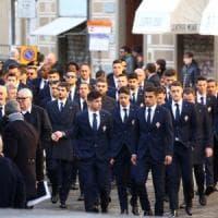 Tutto il calcio e migliaia di persone ai funerali di Astori