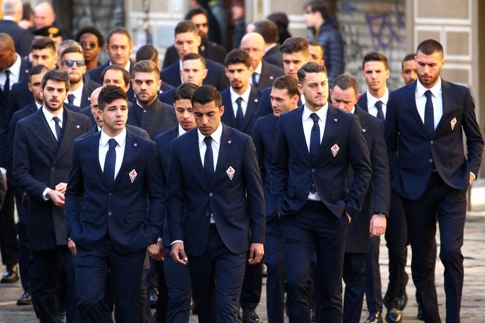 Il mondo del calcio, i tifosi e tanta gente comune: l'ultimo saluto di Firenze a Davide Astori