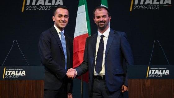Luigi Di Maio e Lorenzo Fioramonti, indicato come ministro dello Sviluppo Economico nella squadra di governo 5 Stelle