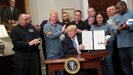 Dazi, Trump firma la legge per acciaio e alluminio: Proteggo i lavoratori americani