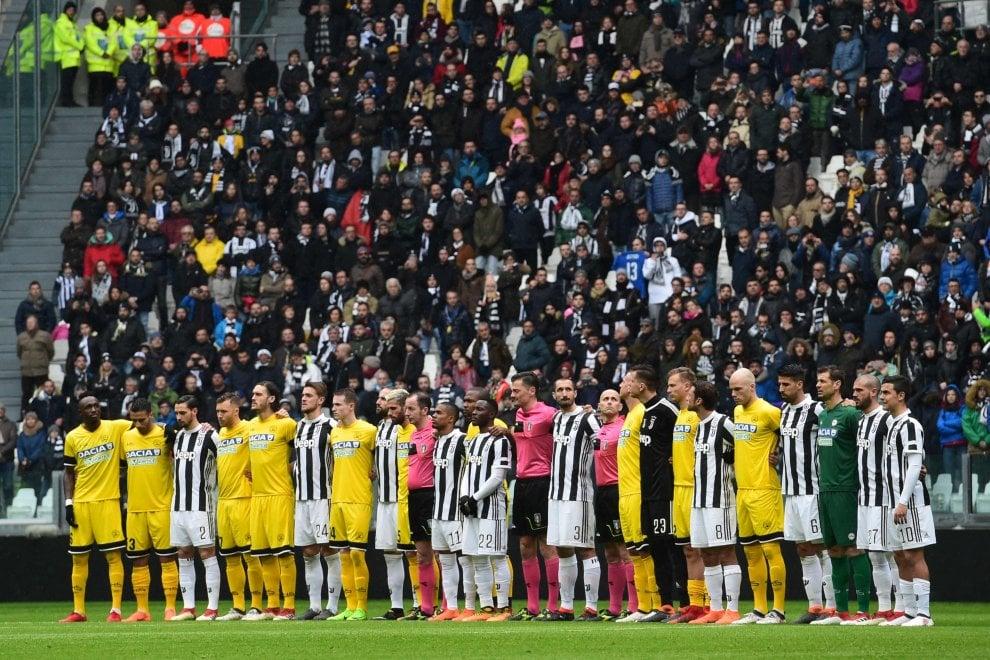 Da Torino a Crotone, il minuto di silenzio per Astori