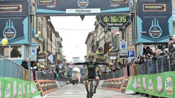 Ciclismo, Tirreno-Adriatico: Adam Yates vince nel giorno del ricordo di Scarponi