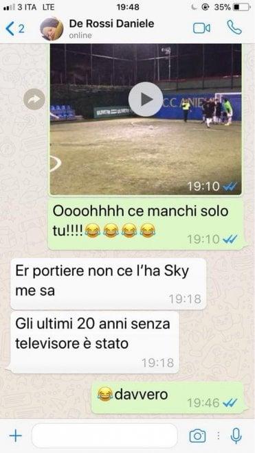 """Totti segna con il """"cucchiaio"""" al torneo di calcetto. De Rossi ironico: """"Il portiere non ha Sky"""""""