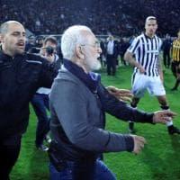 Follia in Grecia, presidente del Paok entra in campo con la pistola
