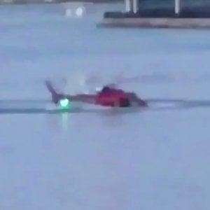 New York, elicottero turistico cade nell'East River: morti i 5 passeggeri