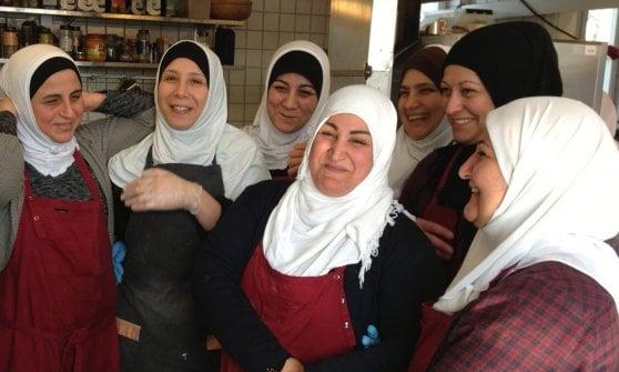 La fuga dall'Iraq in guerra, poi la rinascita: così Mona è diventata la regina dei falafel