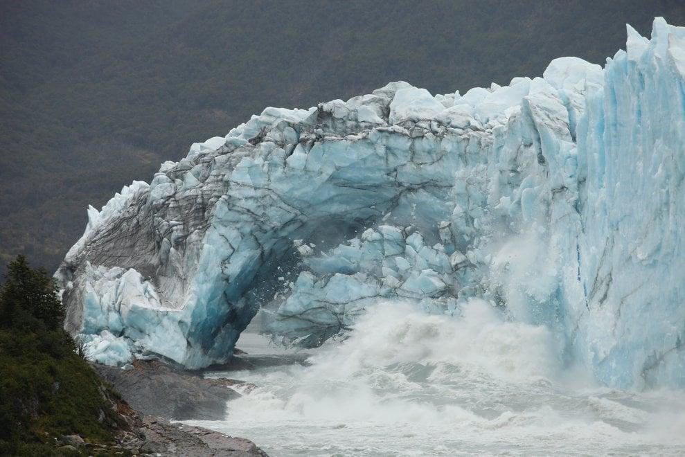 Argentina, il gigante di ghiaccio perde i pezzi:  il crollo sul Perito Moreno