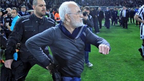 Grecia, presidente del Paok entra in campo con la pistola: campionato sospeso