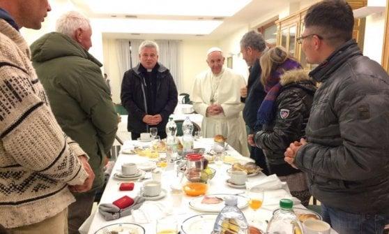 """Francesco, i cinque anni in Vaticano del """"Papa parroco"""": gesti e aneddoti di un pontificato normale"""