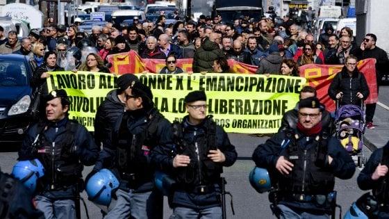 Un'immagine del corteo di Napoli nel giorno della Festa delle Donne