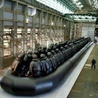 I migranti sul gommone 'infinito', l'opera di Ai Weiwei a Sydney: ''Non possiamo pensare...