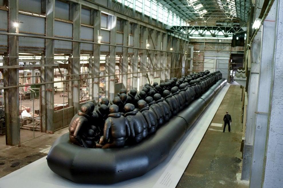 I migranti sul gommone 'infinito', l'opera di Ai Weiwei a Sydney: ''Non possiamo pensare soltanto alle nostre vite''