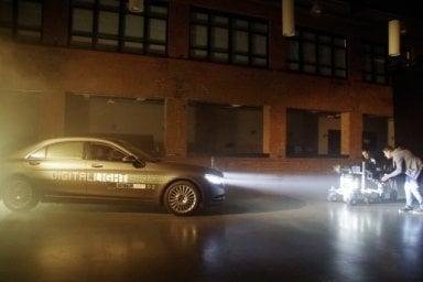 Mercedes, ecco i fari digitali che proiettano informazioni sulla strada