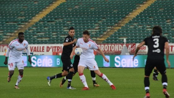 Serie B, recuperi: lo Spezia rallenta il Bari, Pescara ancora ko contro il Carpi
