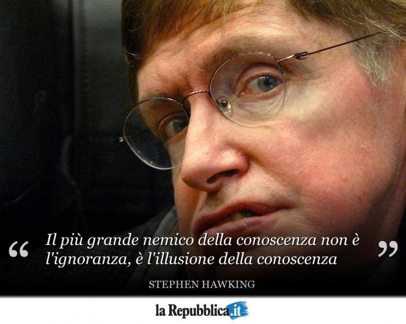 """Le frasi di Stephen Hawking: dalla """"vita tragica ma divertente"""" a """"l'illusione della conoscenza"""""""