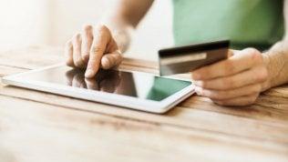 Più pagamenti digitali: nel 2017 spesi 220 miliardi, 28% consumi