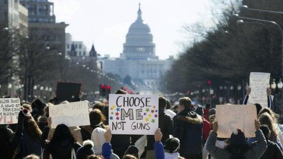 """""""Basta stragi"""". Gli studenti americani in sciopero contro le armi"""
