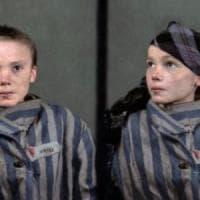 L'orrore di Auschwitz rivive nello scatto della bimba col fazzoletto, ora a colori