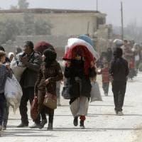 Siria, le truppe di Assad avanzano: migliaia in fuga dalla regione di Ghouta. E su Afrin ancora bombe turche