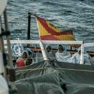 Caso diplomatico nel Mediterraneo, il Viminale concede il porto sicuro alla nave spagnola con i migranti.