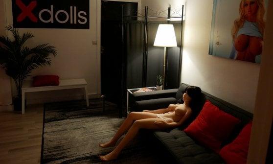 A Parigi la prima casa chiusa con bambole di silicone: viaggio in un business legale