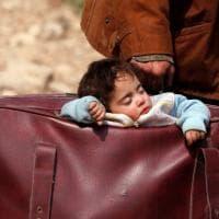 La fuga dei civili da Hamouria nella foto-simbolo del bimbo nella valigia