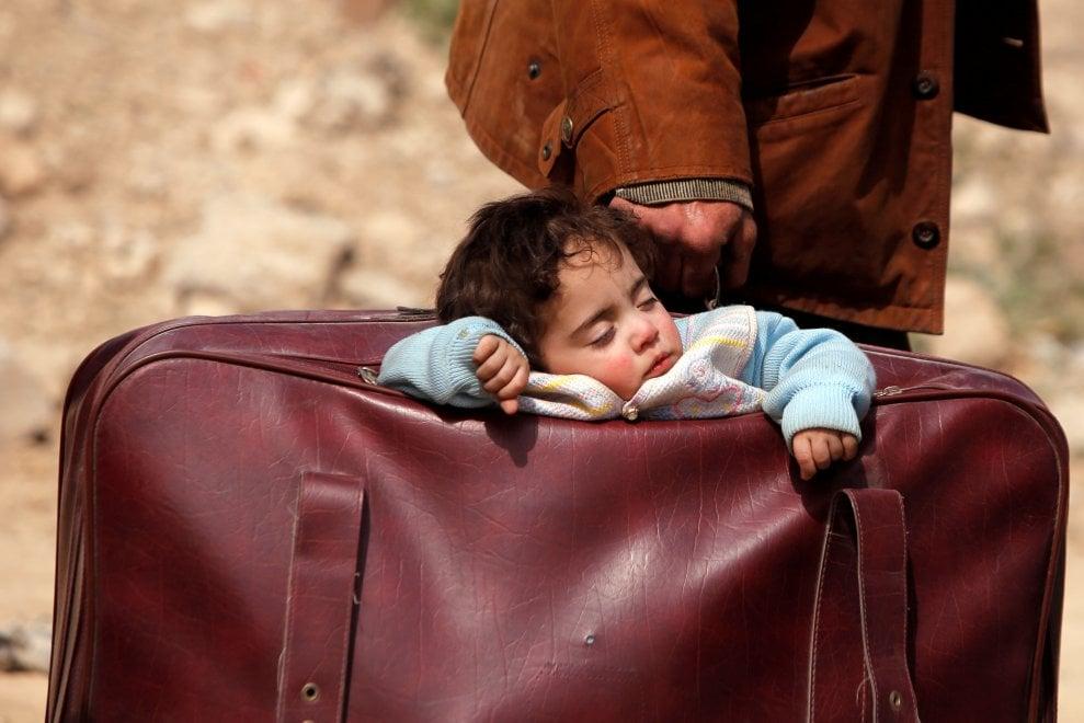 Risultati immagini per bimbo nella valigia SIRIA