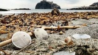Da Capri e Ischia fino alle coste laziali,il mistero dei dischetti di plastica spiaggiati