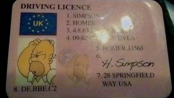 Guida con la patente di Homer Simpson, denunciato
