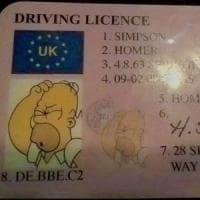 Inghilterra, guida con la patente falsa di Homer Simpson: fermato dalla
