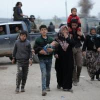 """Afrin, il dramma dei civili curdi: """"Oltre 200 mila senza cibo né acqua"""". Ma Erdogan non si..."""