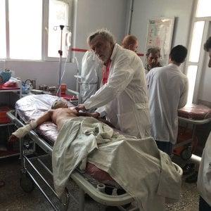 Kabul, strage tra gli sciiti, decine di morti e feriti: i soccorsi nell'ospedale di  Emergency
