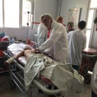 Kabul, strage tra gli sciiti, decine di morti e feriti: i soccorsi nell'ospedale