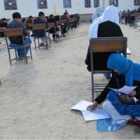Afghanistan, il sogno della giovane mamma: allatta il figlio durante test d'ingresso all'università