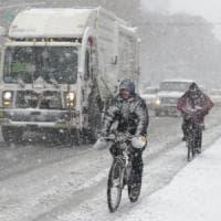 Stati Uniti, New York sotto la tormenta: cancellati quasi 4000 voli. Il governatore...
