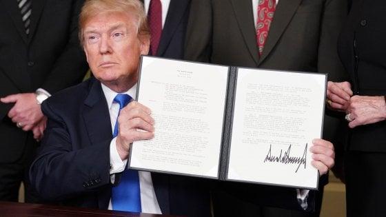 La firma di Donald Trump sulle sanzioni commerciali verso la Cina