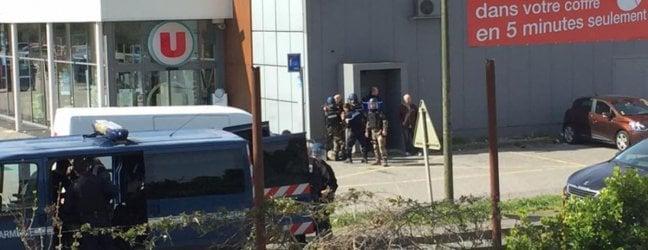 Ucciso in un blitz il terrorista di Trèbes video.Ha sparato a più riprese e ha preso ostaggi in un supermercato: tre morti, 16 feriti