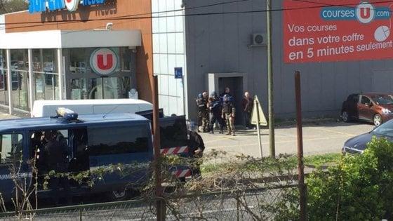 Francia, terrorista ispirato dall'Isis spara e prende ostaggi in supermercato: 4 morti il bilancio finale. Ucciso l'assalitore