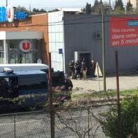 Francia, terrorista ispirato dall'Isis spara e prende ostaggi in supermercato: