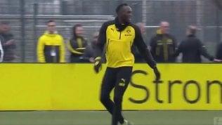 Il fiuto di Bolt per il gol: l'ex velocista attacca e segna di testa