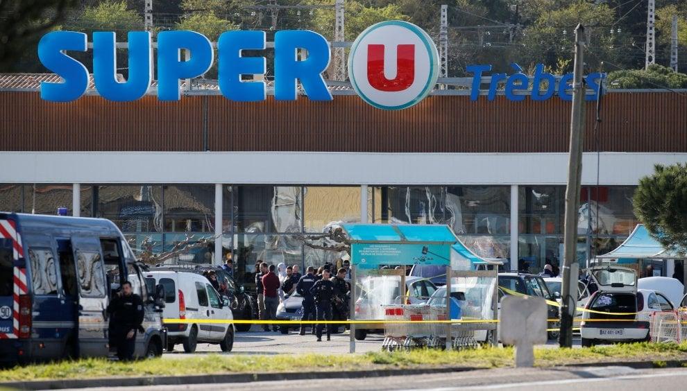Francia, uomo prende ostaggi in un supermercato a Trèbes: le foto