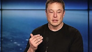 Facebook, Elon Musk contro Zuckerberg: cancella gli account di Tesla e Space X