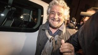 Battute su Silvio e Renzi, lo show di Grillo in teatro non disturba il movimento