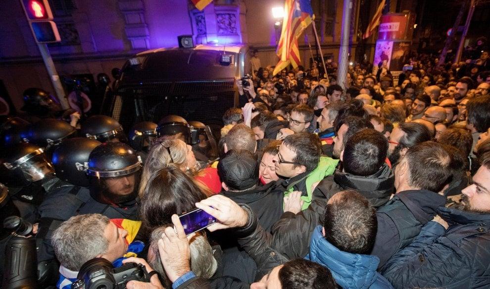 Catalogna, scontri a Barcellona dopo incriminazione dei leader separatisti: 24 feriti